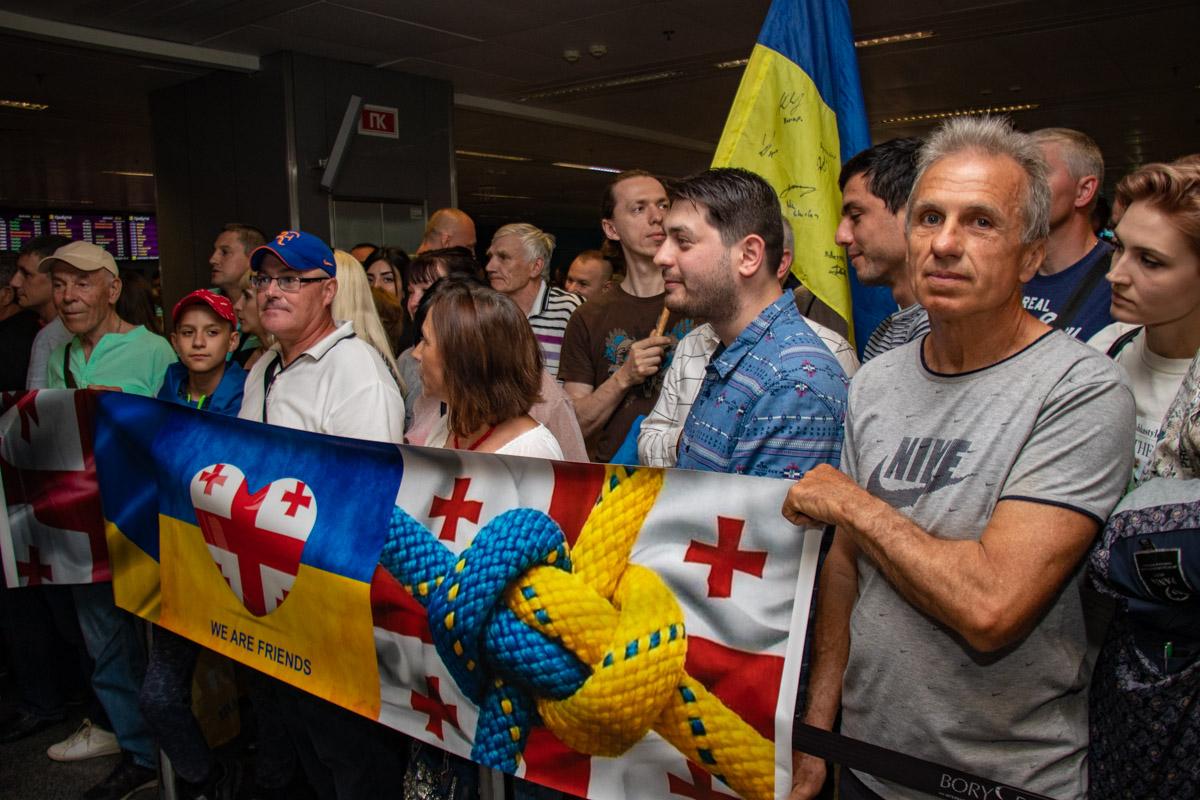 Аэропорт терминала D заполнился почитателями политика