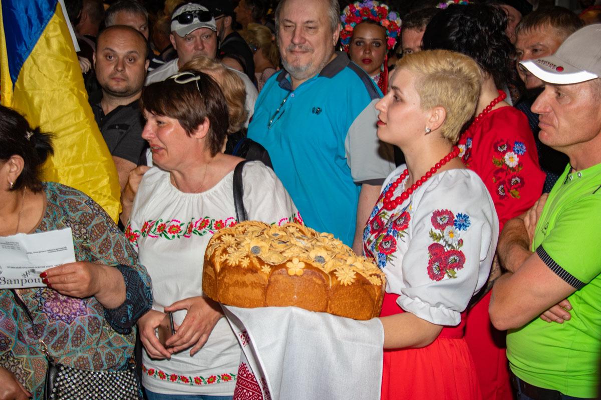 Люди пели гимн и приготовили для Михаила Николозовича каравай