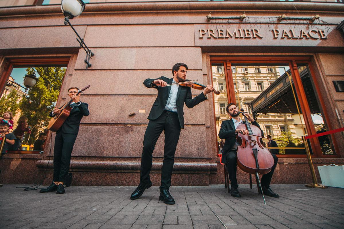 В этот раз для первых зрителей играл оркестр