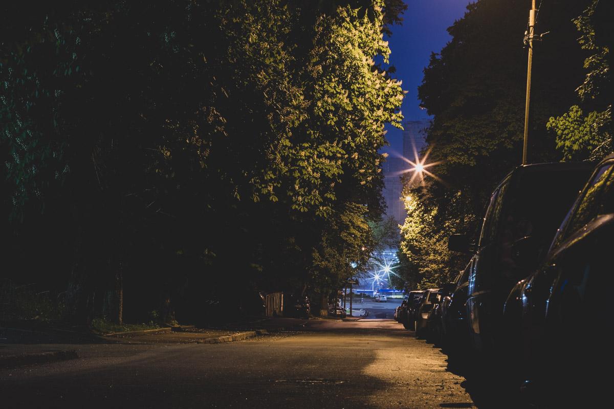Вдали виднеется конец улицы и ее пересечение с улицей Кирпы, что неподалеку Южного железнодорожного вокзала