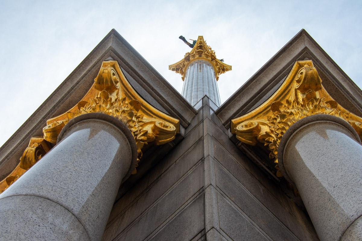 В высоту памятник достигает 62 метров