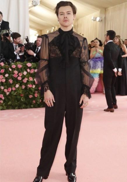 Актер и певец Гарри Стайлз пришел в не слишком странном для женщины наряде. А вот примерив костюм на себя, он смог эпатировать хотя бы часть публики