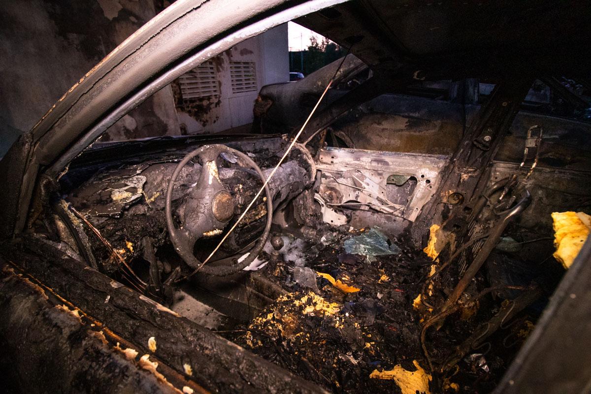 Три машины огонь уничтожил полностью