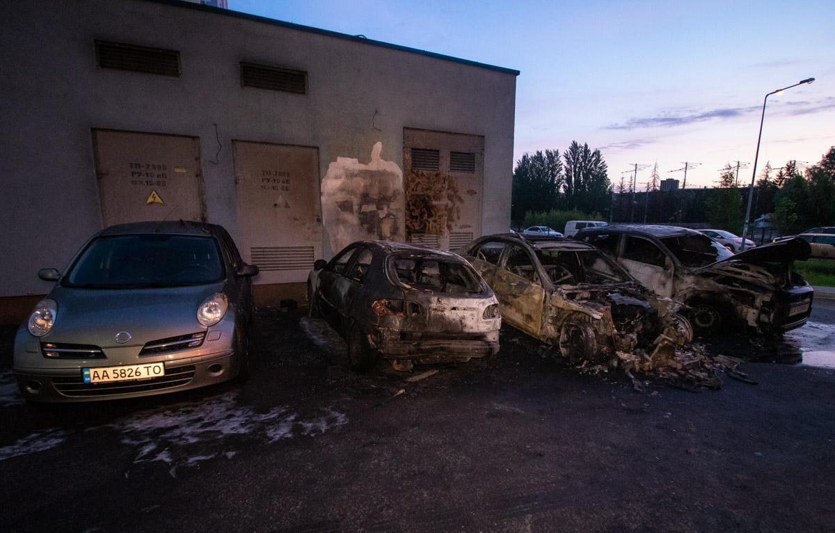 В ночь на 21 мая в Киеве по адресу проспект Академика Глушкова, 9д горели пять автомобилей