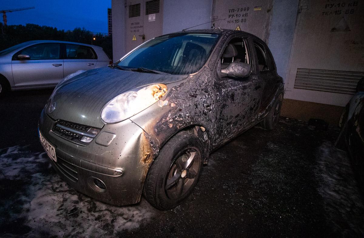 Из-за ветра и плотности парковки, огонь распространился на соседние машины