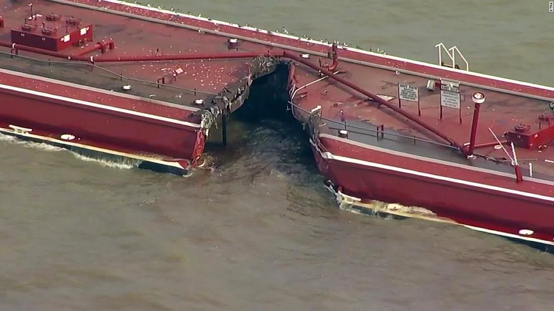 У берегов США столкнулись баржи и танкер