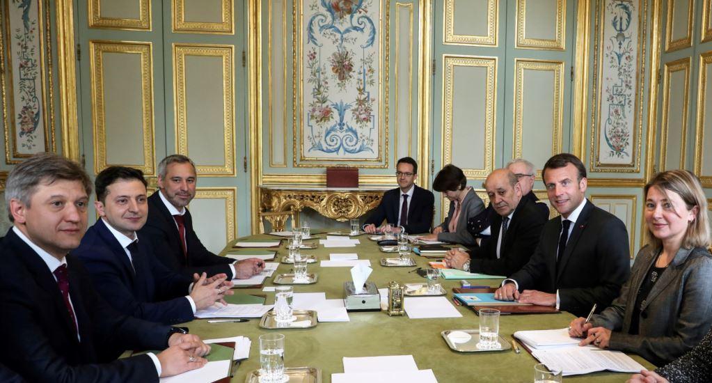 Трофимов (первый слева) во время встречи Зеленского и президента Франции