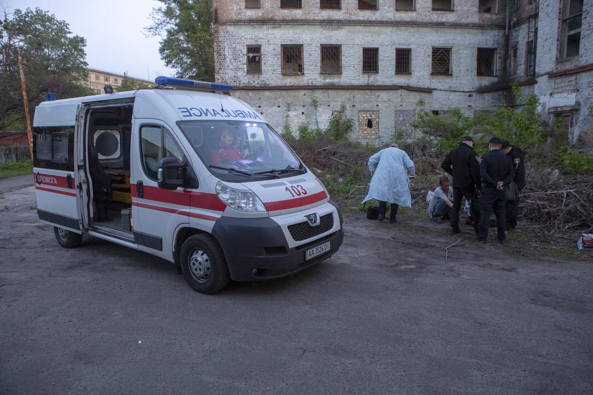Медики и криминалисты установили, что тело находится в помещении не менее недели