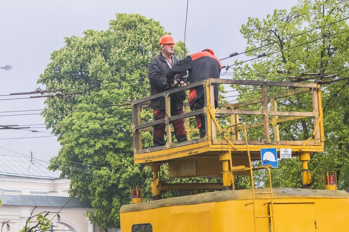 Также коммунальщики восстанавливают оборванные подвесы контактной сети