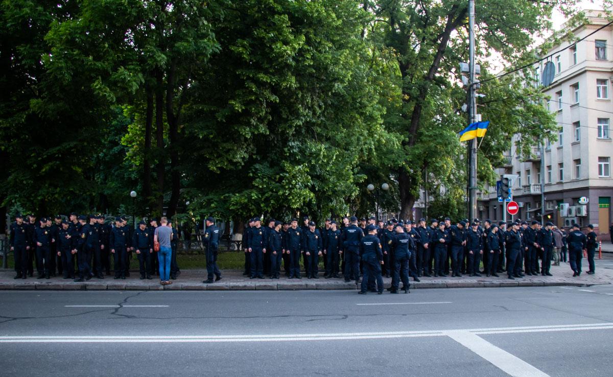 В правительственный квартал продолжают стягивать полицейских и нацгвадейцев