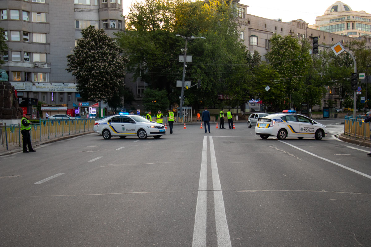 Ровно в 06:00 полиция перекрыла движение по заранее запланированной схеме