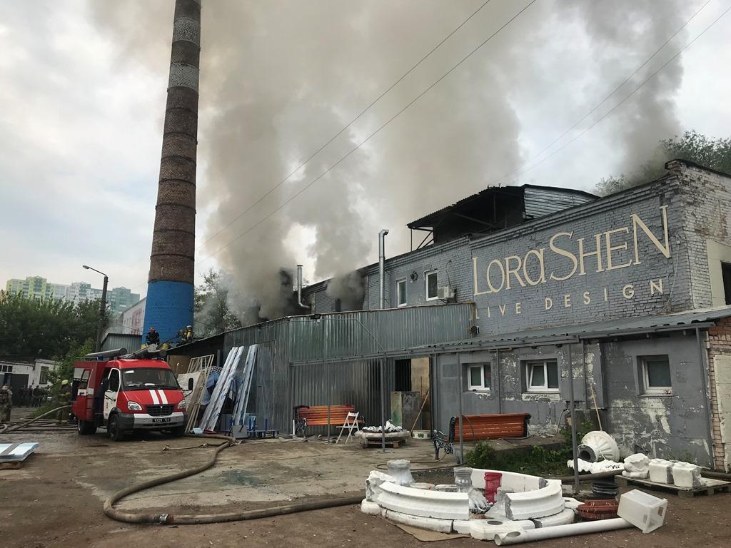 По адресу улица Максимовича, 10 произошел пожар в двухэтажном цеху дизайнерских изделий