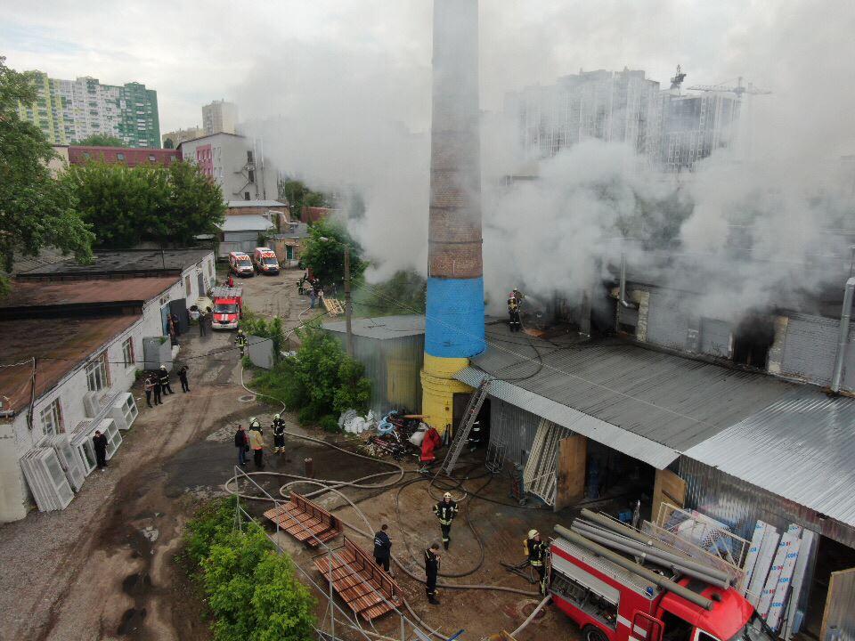 На место оперативно прибыли спасатели, пожару присвоили повышенныйранг сложности