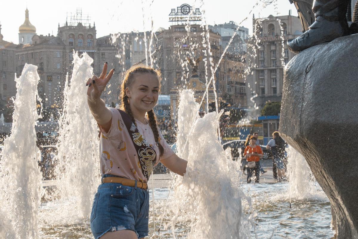 Разумеется, как в день Последнего звонка обойтись без купания в фонтане