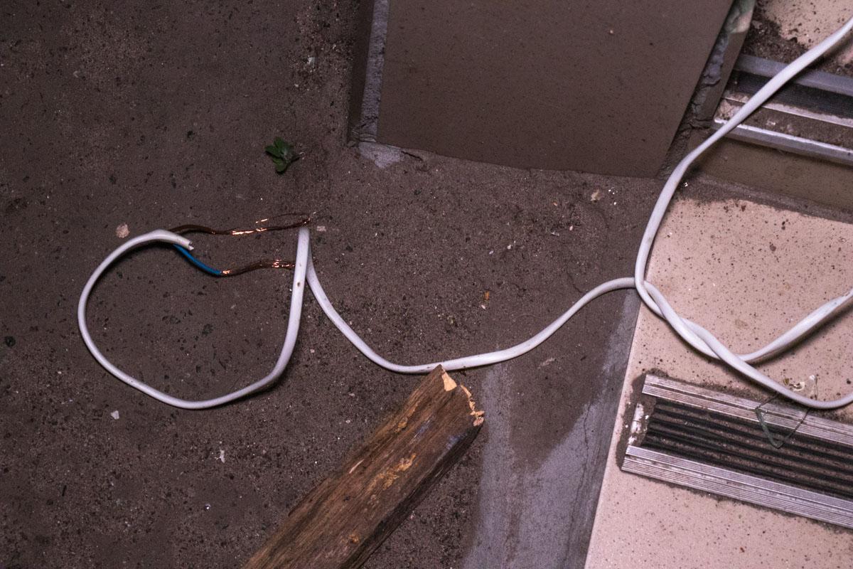 Детонацию произвели с помощью провода, который вытянули на улицу
