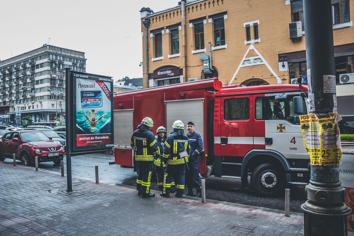 На место оперативно прибыли спасатели, но огонь удалось потушить подручными средствами охранникам БЦ