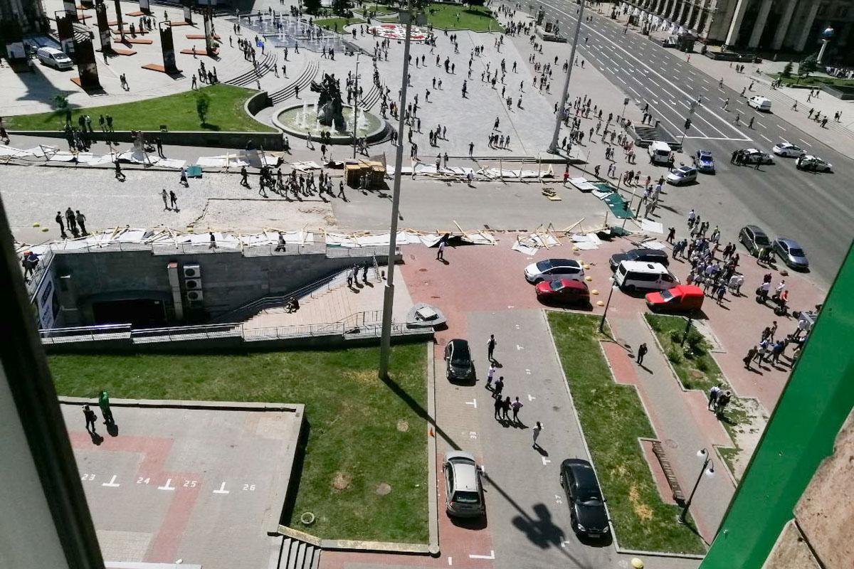 На фото видно, как вдоль улицы лежат заваленные строительные перекрытия