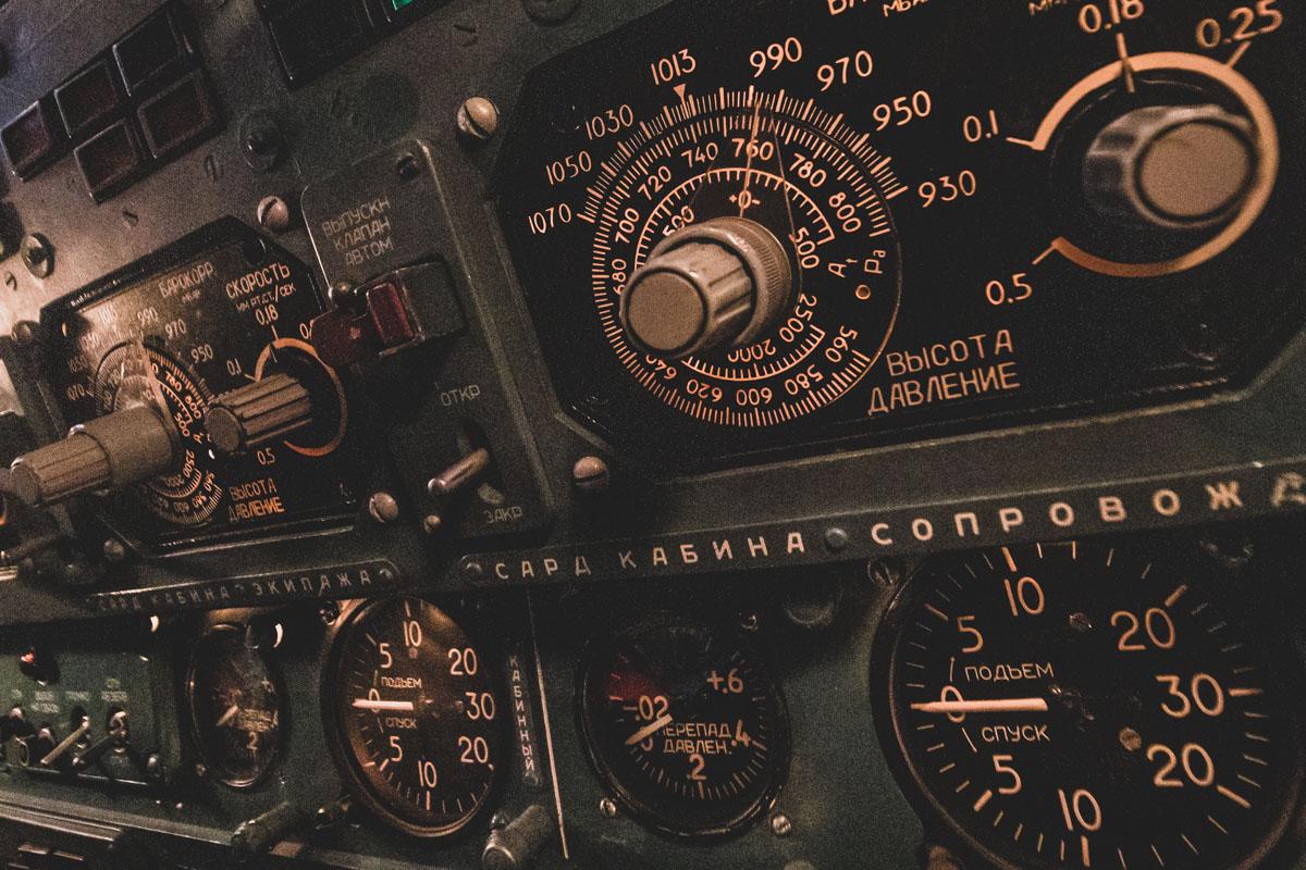Тренажер внутри представляет собой макет кабины самолета
