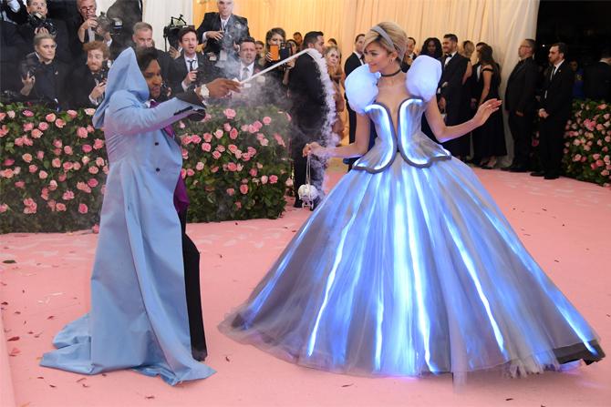 Зендая для этой церемонии решила примерить на себя классический сказочный наряд. Tommy Hilfiger создал для нее настоящее платье Золушки из классического голливудского мультфильма 1950 года.