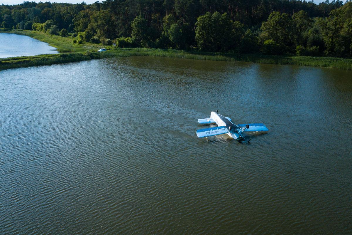 Скорее всего, пилот пытался совершить экстренную посадку на лугу, но не дотянул и рухнул в озеро