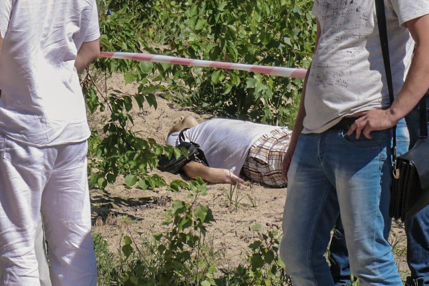 Погибший лежал в кустах с окровавленной головой. На вид мужчине около 30-35 лет
