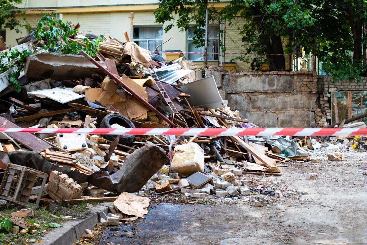 Люди самостоятельно убирали последствия взрыва с помощью мешков и метел