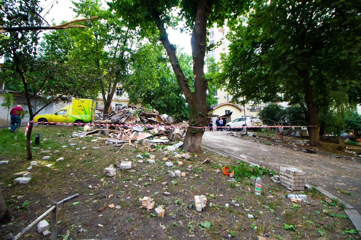 В результате полностью разрушились еще два гаража, во всех зданиях, которые окружают место происшествия повыбивало стекла