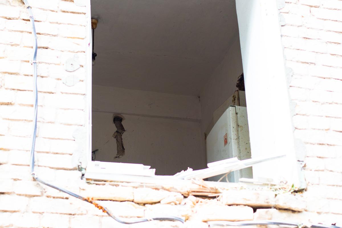 Повредился фасад зданий и предметы, которые находились в гараже, даже пробили стены внутри квартир