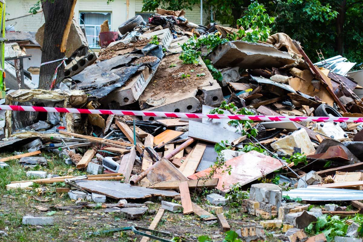 В квартирах, которые расположены чуть дальше, стекла выбило только из деревянных окон, металлопластиковые остались целы
