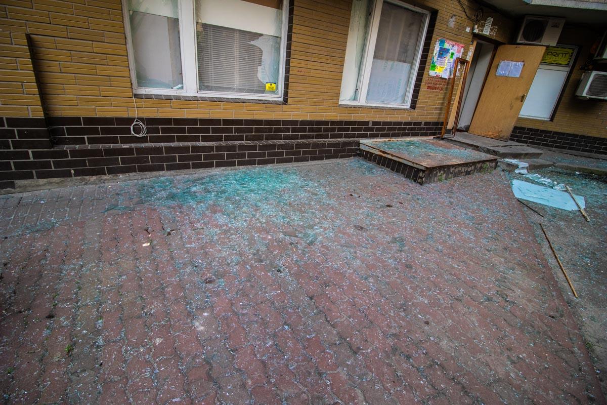 Осколки же засыпали весь двор, люди ходили по хрустящей от стекла земле