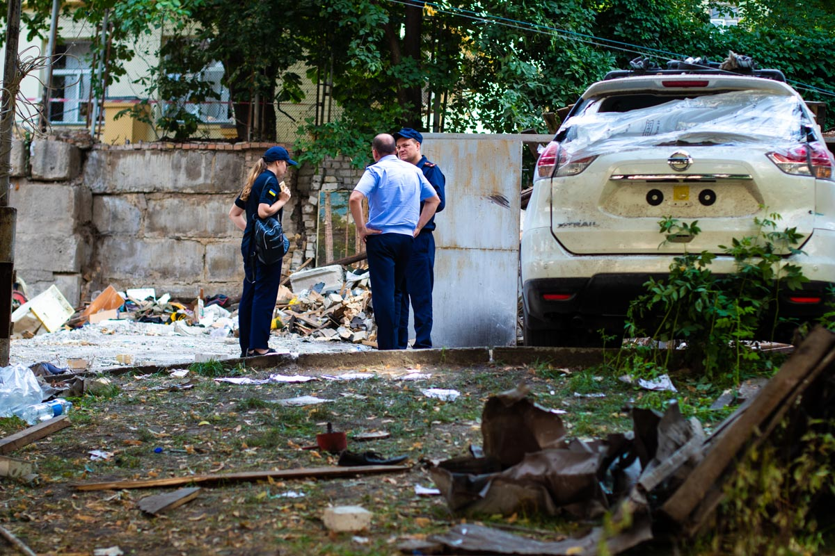Также пострадали машины, которые стояли рядом