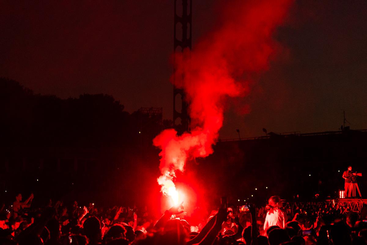 А с наступлением ночи огонь на сцене и в толпе нашел свое отражение в таких фаерах