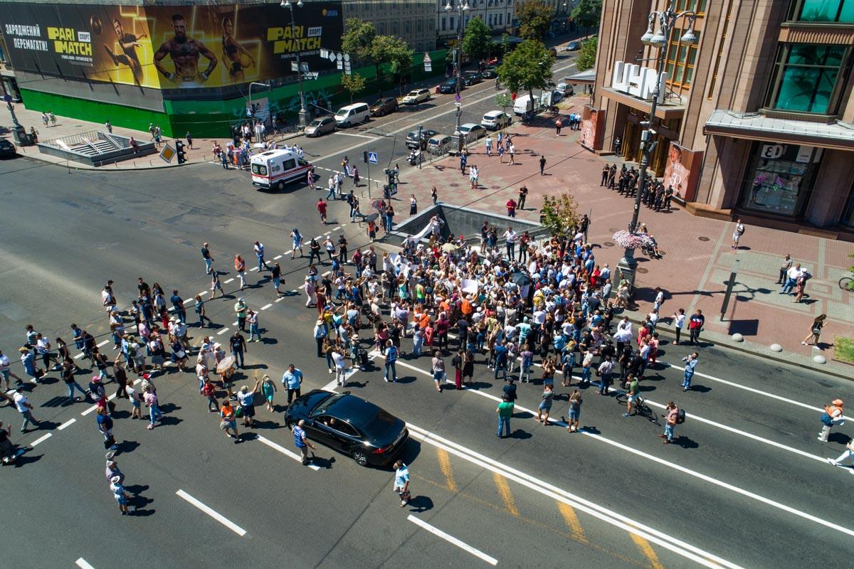 В конце концов митингующие очистили Крещатик, но сразу же отправились к Администрации Президента