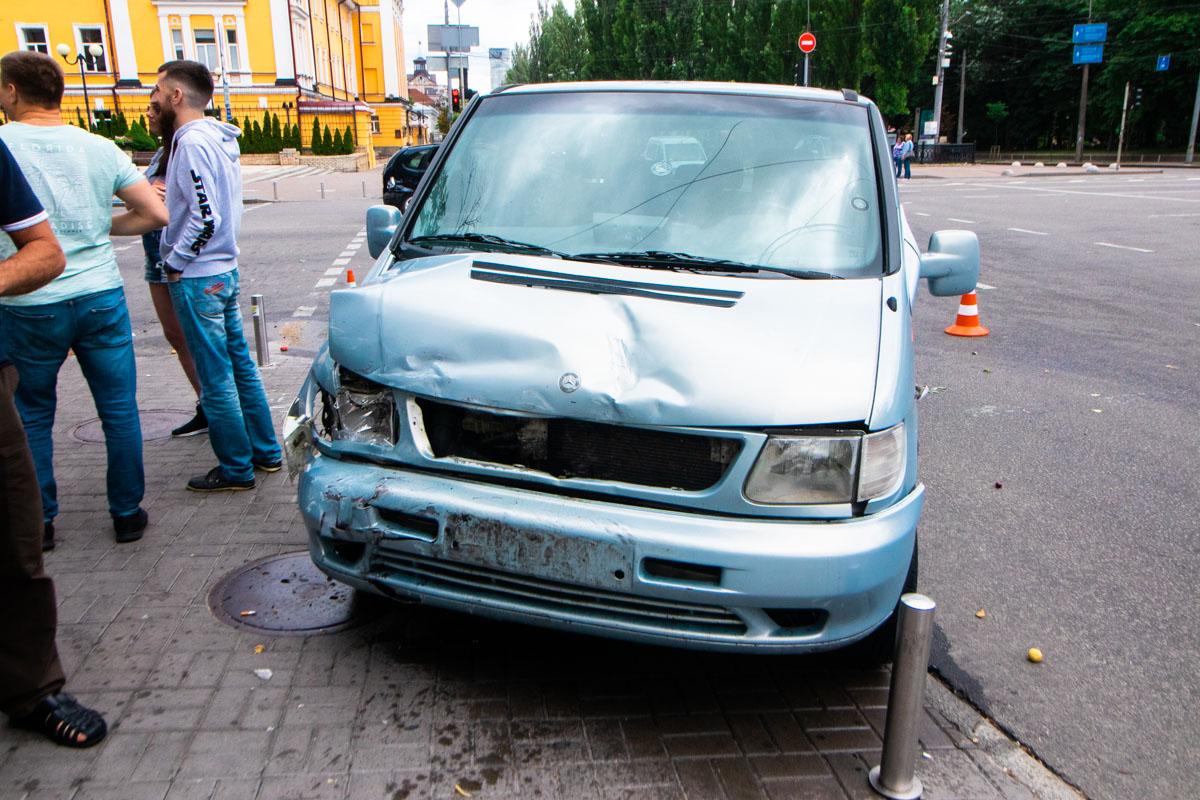 На пересечении улицы Владимирской с бульваром Тараса Шевченко произошла авария с участием двух автомобилей