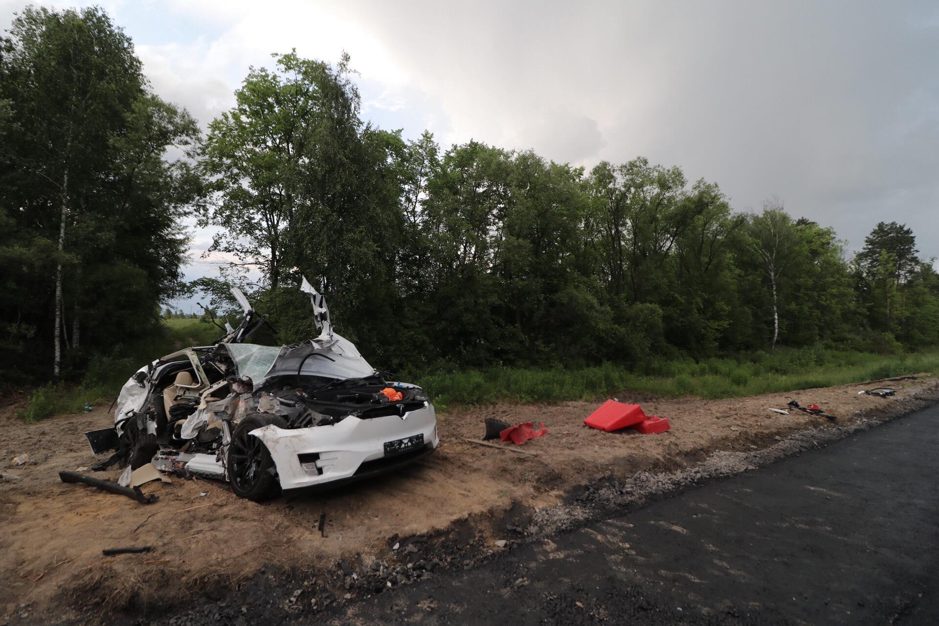 На 77 километре трассы Киев-Жиоомир кроссовер Tesla Model X влетел в ГАЗ дорожной службы