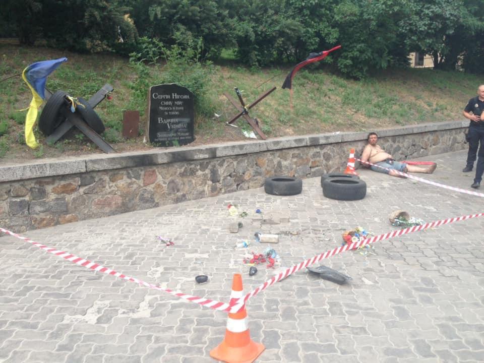 В Киеве мужчина разгромил мемориал на аллее Героев Небесной Сотни