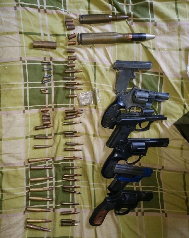 В ходе обыска в доме подозреваемого правоохранители нашли шесть пистолетов и револьверов, а также боеприпасы