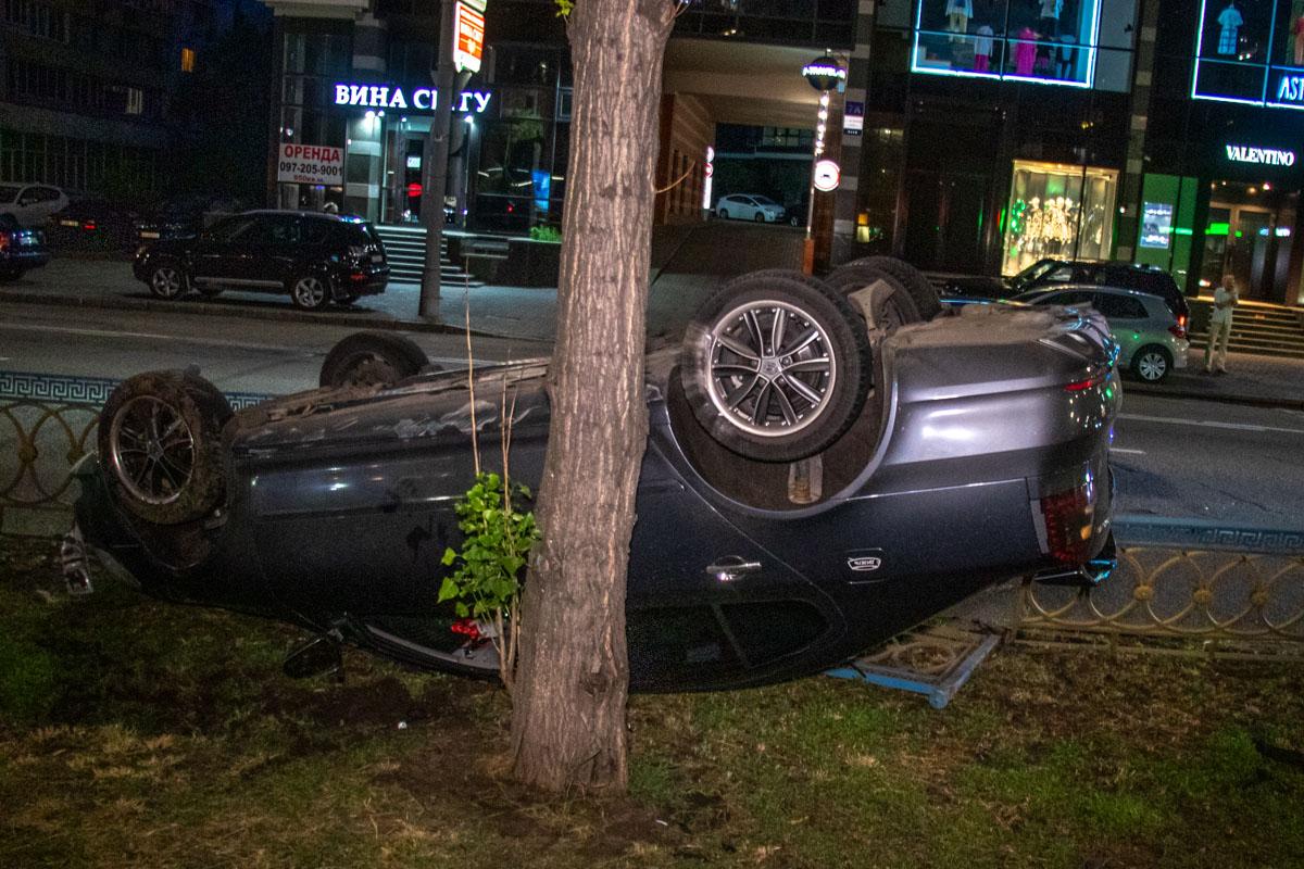 В результате аварии Skoda перевернулась