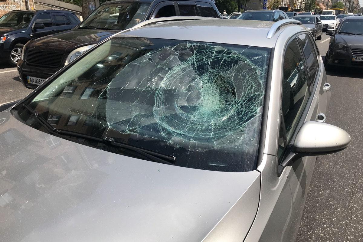 После аварии парень разбил лобовое стекло автомобилю Volkswagen