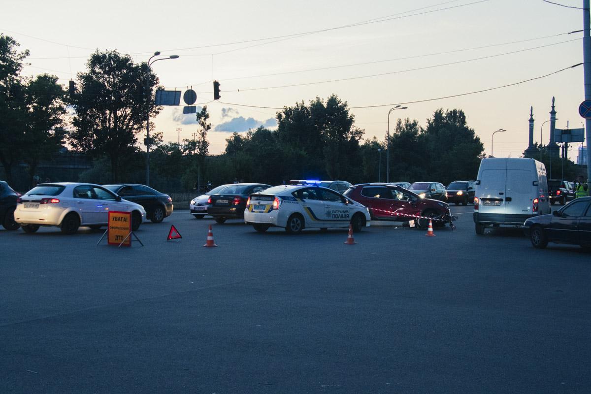 В Днепровской районе Киева мотоцикл протаранил Peugeot