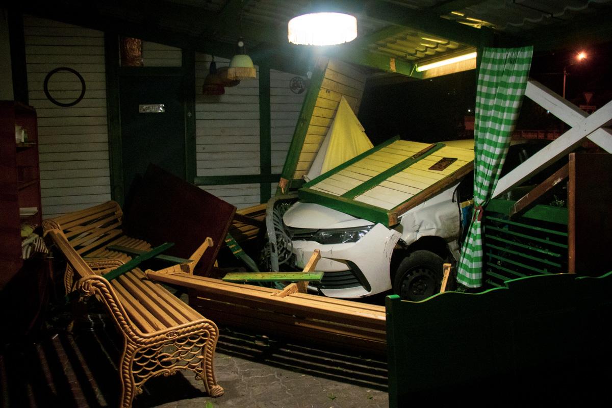 В момент удара в пострадавшей части террасы не было много посетителей и никто из них не получил травм