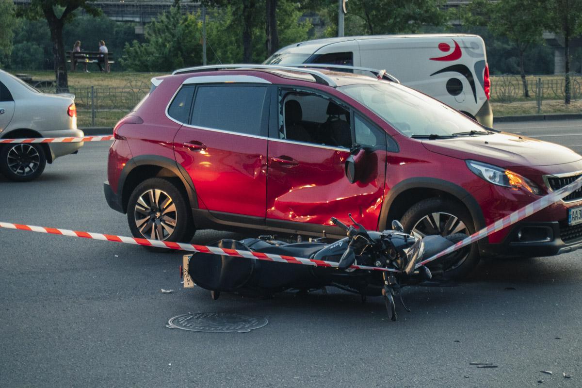 Предварительно, автомобиль решил развернуться на пути байка