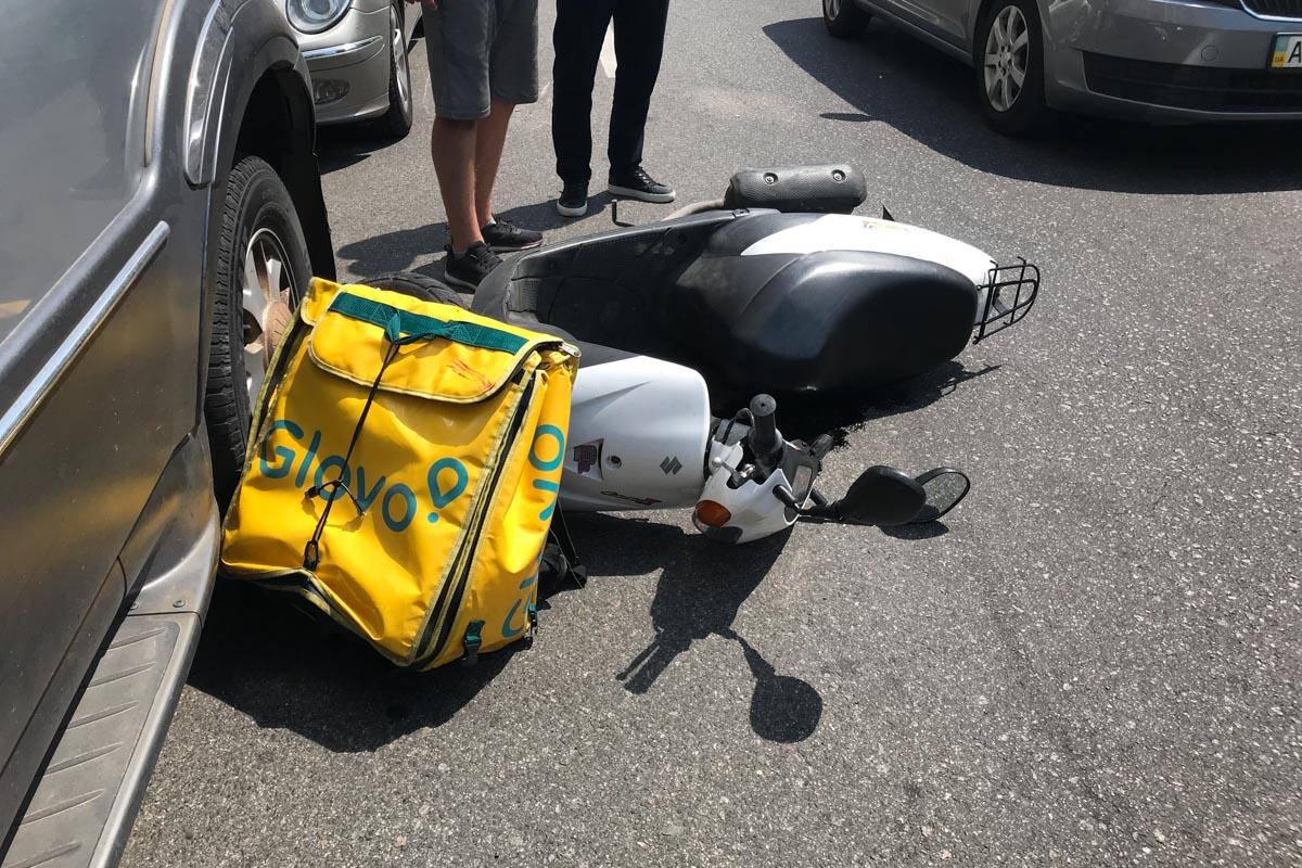 На Саксаганского водитель мотороллера пытался объехать Volkswagen и попал в ДТП