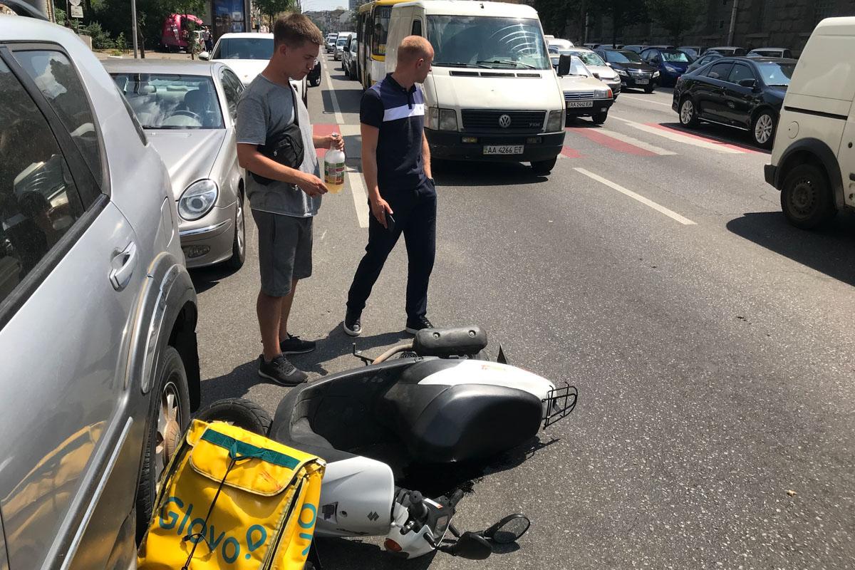 На место происшествия вызвали сотрудников полиции, которые установят детали ДТП