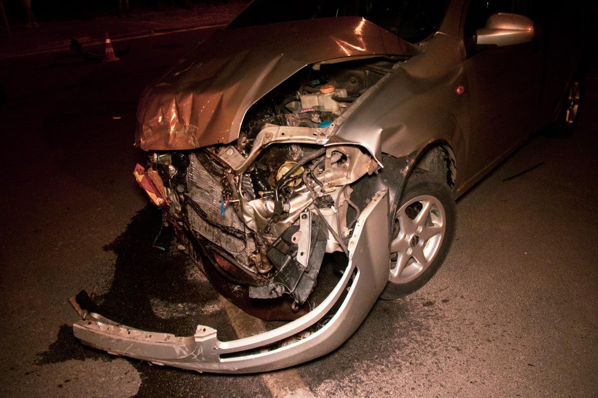 На перекрестке, мужчина за рулемCorolla не пропустилChevrolet, от чего тот ударил такси в левый бок