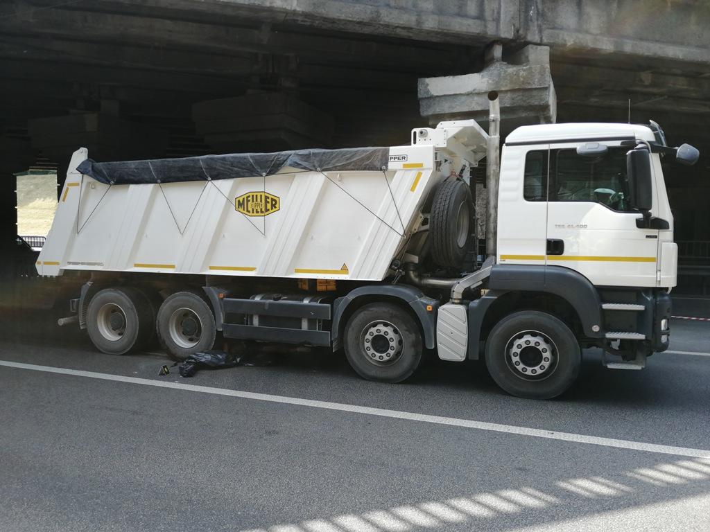 Водитель не успел отреагировать на это, и по инерции грузовик протянул тело еще несколько десятков метров