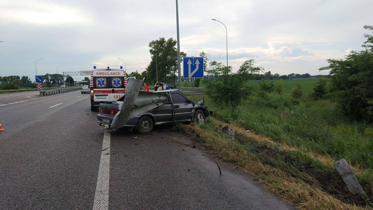 Под Киевом ВАЗ наткнулся на отбойник