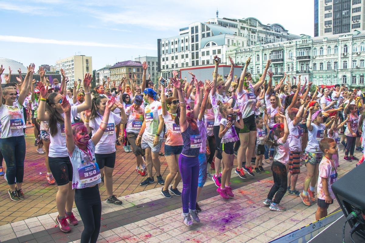 Утро 2 июня началось в Киеве яркими красками холи всех цветов радуги