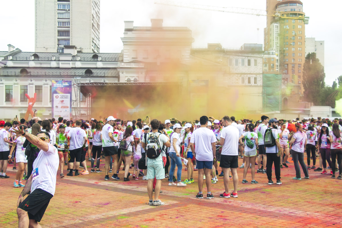 А ввысь полетели тысячи крупинок всевозможных цветов, засыпав и артистов, и всех-всех гостей праздника, а в воздухе образовался густой радужный туман