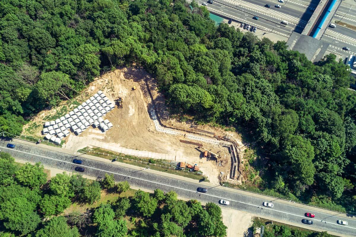 Некоторые бетонные и металлические конструкции уже установлены в землю, увидев их, уже можно сделать вывод о масштабах строительства